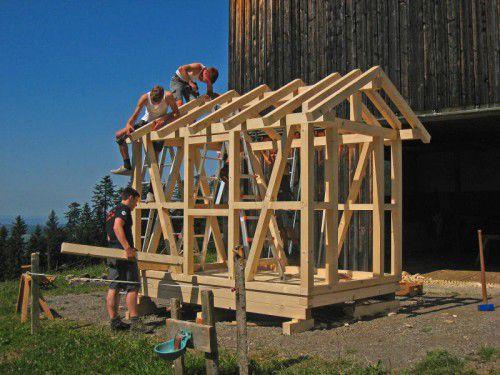 Lehrlinge im ersten Ausbildungsjahr zum Zimmerer bauten in Riefensberg drei Häuschen.