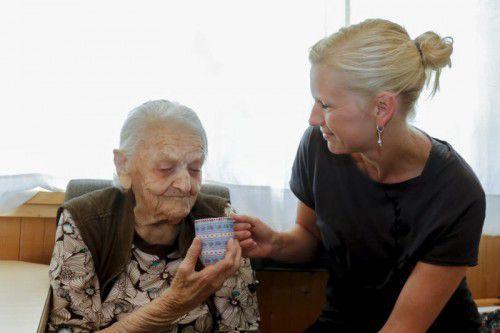 Liebevolle Pflege: Klaudia Winsauer kümmert sich seit zwölf Jahren um ihre Schwiegeroma Angelika Stadelmann (101).