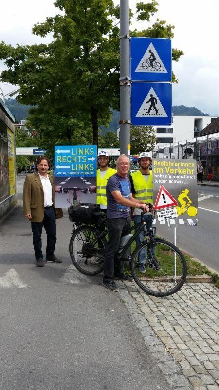 Martin Pfanner (links) vom KfV und Helmut Freuis (Vordergrund) initiierten die Radfahr-Kampagne.
