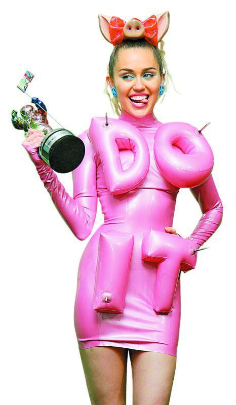 Miley Cyrus zog die Aufmerksamkeit mit schrillen Outfits auf sich.