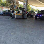 Mit Benzin übergossen und Beamte mit Messer bedroht