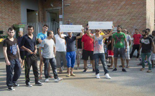 Protestierende Flüchtlinge vor ihrer Unterkunft in der Dornbirner Bildgasse. Die Reaktionen darauf sind kritisch.