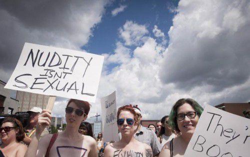 Protestmarsch ohne Oberteil.
