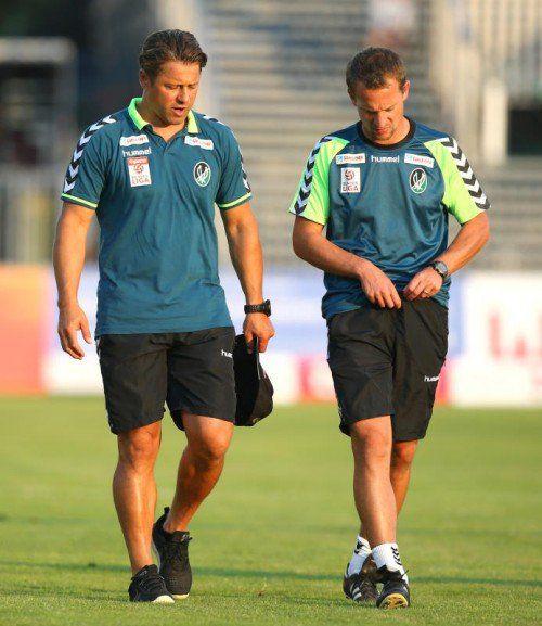 Ried-Trainer Helgi Kolvidsson (links) verlässt nach der 1:4-Niederlage den Platz in Mattersburg.