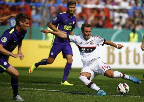 Szene aus dem Pokal-Spiel des FC Bayern in Nöttingen: Münchens Offensivspieler Mario Götze mit einem Linksschuss.
