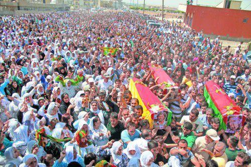 Tausende Kurden gaben den von türkischen Einheiten getöteten Männern am Sonntag die letzte Ehre – und protestierten gegen den Kurs Ankaras.
