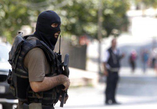 Türkische Spezialeinheiten riegeln das Gebiet um das US-Konsulat in Istanbul nach dem Bombenanschlag am Montag weiträumig ab.