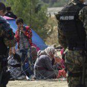 Mit Blendgranaten und Gas gegen Flüchtlinge