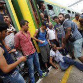 Polizei holt Flüchtlinge aus Zügen