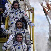 Drei Raumfahrer auf dem Flug zur ISS