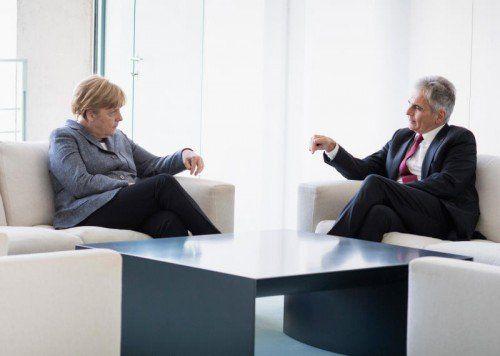 Angela Merkel (l.) traf sich mit Werner Faymann in Berlin. Österreich folgte unterdessen dem deutschen Vorbild und führte Grenzkontrollen ein.