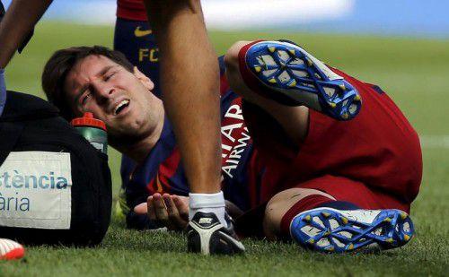 Barca-Star Lionel Messi krümmt sich vor Schmerzen.