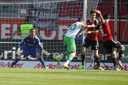 Blieb auch in seinem dritten Bundesliga-Einsatz in dieser Saison ohne Gegentreffer: Ingolstadt-Torhüter Ramazan Özcan (links).