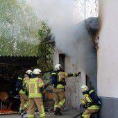 Gasflasche direkt am Brandherd: Feuerwehr im riskanten Einsatz