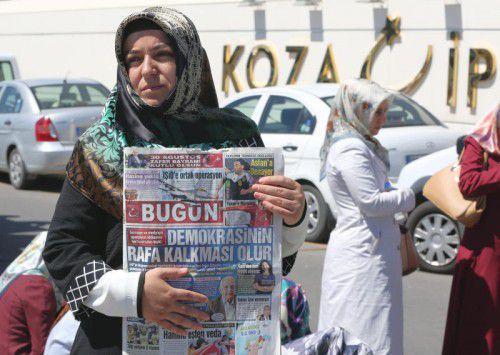 Demonstration gegen den Polizeiangriff auf die Koza Ipek-Presse. AP