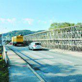Spurwechsel auf Grenzbrücke Höchst