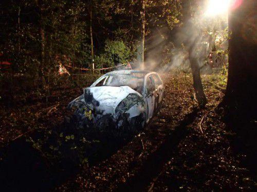 Der Wagen prallte gegen einen Baum und ging in Flammen auf.