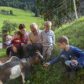Tiere zu füttern ist ein Highlight für die Kinder