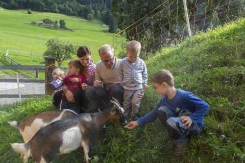 Die Fütterung der Ziegen ist für die Kinder das Highlight des Tages. Die Bäuerin ist immer dabei.