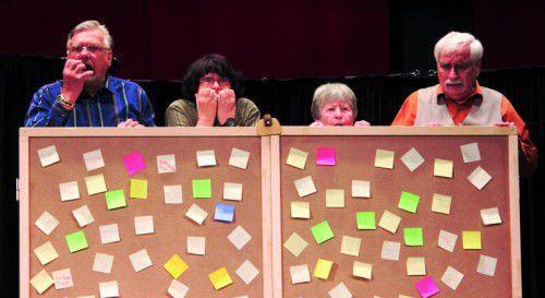 """Die Spielerinnen und Spieler der Theatergruppe OstSchwung sind im Alter von 64 bis 77 Jahren und haben gemeinsam eine Szenencollage zum Thema """"Demenz"""" erarbeitet."""