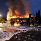 Bus auf Autobahn brennt lichterloh