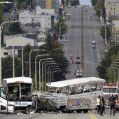 Bus kollidiert mit Amphibienfahrzeug