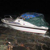 Motorboot ans Ufer gespült