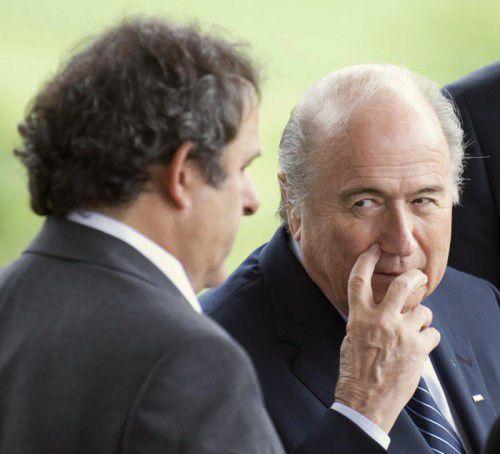 Jahrelang galt FIFA-Chef Joseph S. Blatter (rechts) als großer Förderer des Franzosen Michel Platini (links).