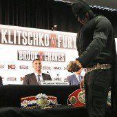 Tyson Fury als Batman auf Pressekonferenz