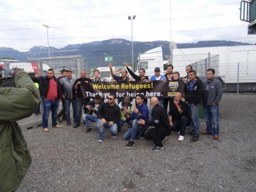 """Mit dem Schriftzug """"Danke, dass Ihr hier seid"""" wurden die Flüchtlinge im Stadion Schnabelholz begrüßt."""