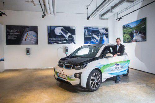 Mobilitätsexperte Stefan Hartmann mit dem BMW i3, den man auch ausleihen kann.
