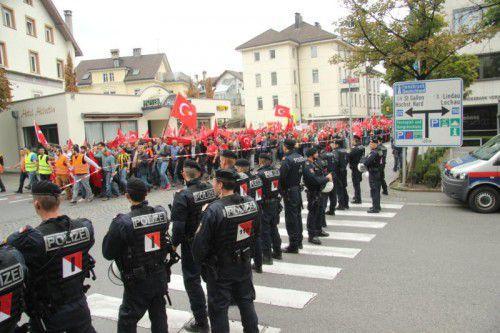 Rund hundert Polizisten überwachten den Ablauf der Demonstration.