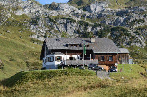 Seit 1990 sind Harald und Anita Rehm aus Schröcken Gastgeber auf der Biberacher Hütte. Die Saison startet im Juni immer mit Berg- und Flugrettungskursen. Das Saisonfinale ist je nach Witterung Anfang Oktober.