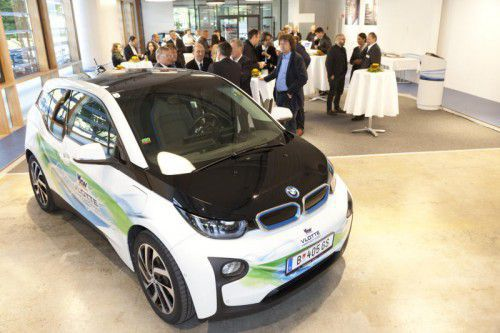 In der neu errichteten Mobilitätszentrale der illwerke vkw können Elektroautos Probe gefahren werden.