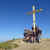 Neues Gipfelkreuz thront hoch über dem Rheintal