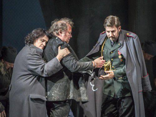 Susanna von der Burg (Fidelio), Scott Mac Allister (Florestan) und Daniel Raschinsky (Minister).