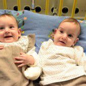 Siamesische Zwillinge nach OP über dem Berg
