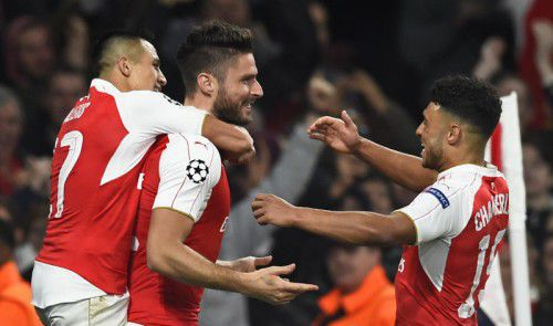 Alexis Sanchez (links) und Alex-Oxlade Chamberlain (rechts) jubeln mit Arsenals 1:0-Torschützen Oliver Giroud.