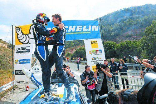Andreas Mikkelsen (r.) und Beifahrer Ola Floene feiern.