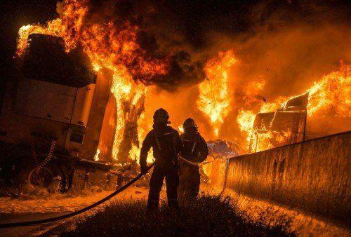 Bei dem Unfall geriet der Lkw in Brand. Zwei weitere Fahrzeuge wurden durch herumliegende Betonteile beschädigt.