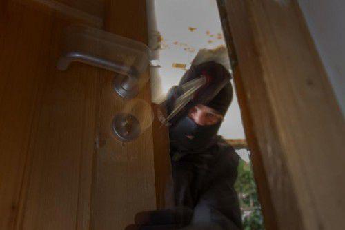 Unerwünschte Besucher mit Brecheisen haben derzeit keine Hochsaison in Häusern und Wohnungen. Symbol VN/HB