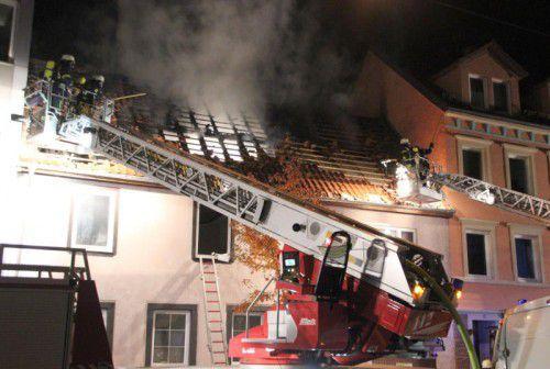 Der Dachstuhl des Mehrparteienhauses stand komplett in Flammen. Die Brandursache ist noch unbekannt.