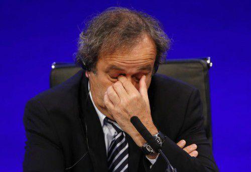Der suspendierte UEFA-Präsident Michel Platini will weiter für den Chefposten bei der FIFA kandidieren.