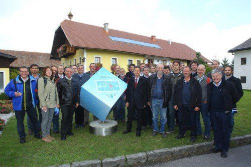 """Die 25 Teilnehmer aus Vorarlberg erlebten eine """"elektrisierende"""" Exkursion, in der sie einen guten Einblick in alltagstaugliche Anwendungen von Smart Grids und Smart Meter erlebten."""