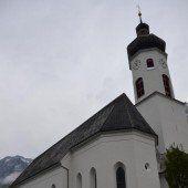 Fassade der Pfarrkirche Braz frisch saniert
