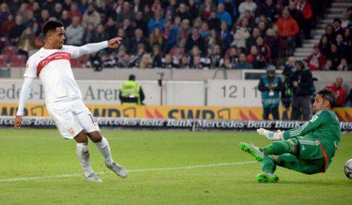 Die Szene, die durch Daniel Didavi (l.) zum Siegtor führte, rechts FCI-Goalie Ramazan Özcan.
