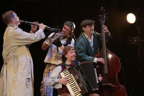"""Die Produktion """"Unterwegs nach Umbidu"""" präsentiert das Vorarlberger Musikerensemble """"Die Schurken"""" zurzeit beim Schleswig-Holstein-Festival. A. Köhler"""