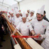 Längstes Baguette der Welt gebacken