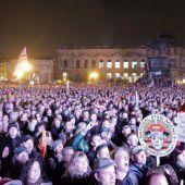 Jahrestag von Pegida bringt in Dresden Zehntausende auf die Straßen