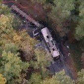 Bus geht nach Kollision mit Lkw in Flammen auf
